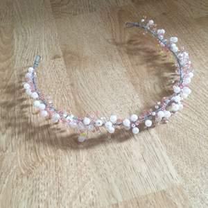 Tillverkar handgjorda pärlkransar på beställning. Den på bilden är min egen men skicka ett meddelande om du är intresserad av en krans till tex bröllop eller bal! Görs på beställning! Priset kan diskuteras