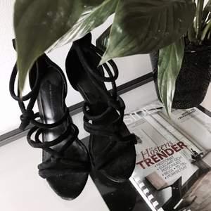 Knappt använda svarta klackar från Zara. Storlek 38. Frakt tillkommer