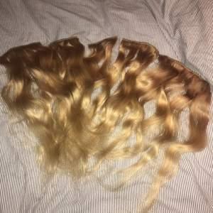 Äkta löshår från rapunzel Of sweden, 50 cm i färgen golden blond ombre. Går att platt, locka, färga mm precis som vanligt hår. Kostar nytt 1300 och det är knappt använt.