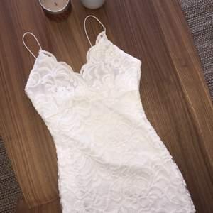 Spets klänningen används endast 1 gång Säljer endast pga garderobsrensning 😊