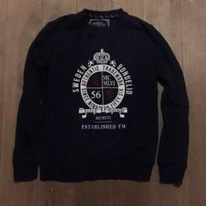 En Sweatshirt i mörkblått från Bondelid. Nyskick, bara provad. Kan skickas eller mötas i Stockholm.