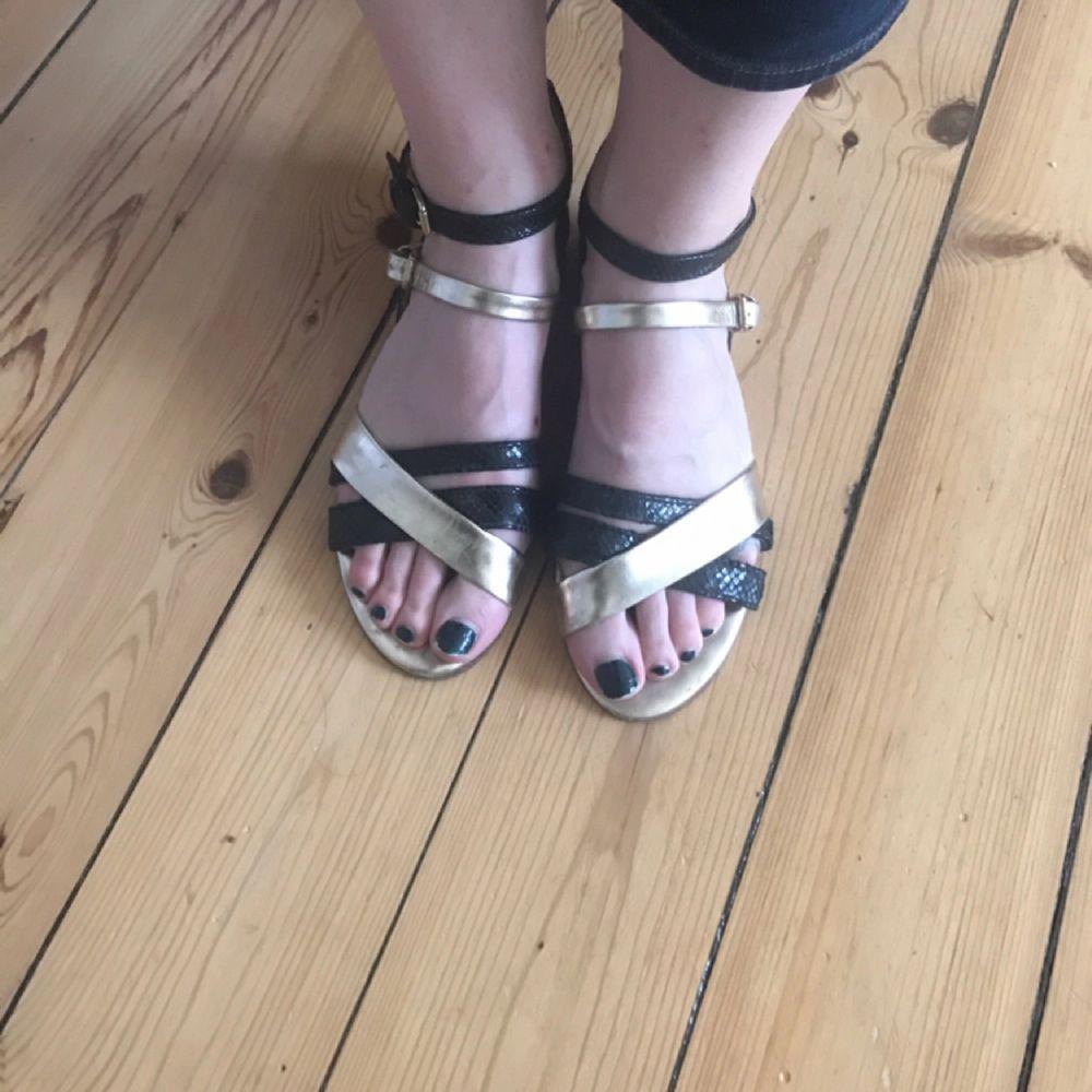 Sandaler i äkta skinn från Massimo Dutti. Skor.