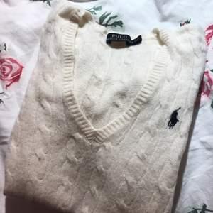 Fin Ralph Lauren kabelstickad tröja, bra skick! Storlek S, ganska liten i storleken.