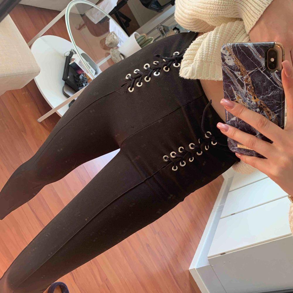 Tjocka kostym-leggings med snörning . Jeans & Byxor.