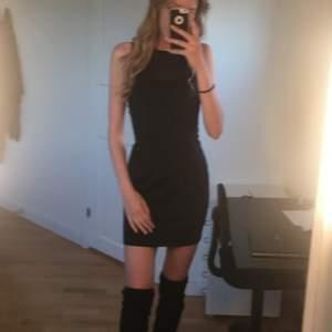 Figursydd svart klänning, nät upptill både fram och bak. Helt perfekt längd och såå bekväm! Används inte tillräckligt mycket av mig :/ frakt ingår🌹