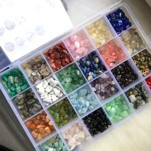 Designa ditt egna kit med 10ST små stenar och kristaller med hål i! Sorterna som finns är de på bilderna (bild 2 stämmer inte helt), säg till om du vill ha en bild på alla stenar så du kan markera de du vill ha💫perfekta till att göra ringar och andra smycken💖obs: man kan inte köpa alla av samma sort, det bör variera💗 ett kit för 35kr+ 11kr frakt