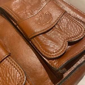 En retro väska i äkta skinn , dragkedja och allt funkar som de ska