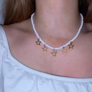 Halsband guld med vita pärlor, finns även i pärlor i andra färger o i silver stjärnor