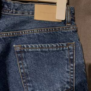 Köpte ett par jeans från koreanska märket Andersson Bell som är för stora för mig. Dem är helt nya. Modellen är rak.