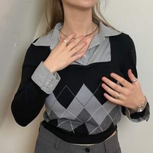 Så snygg tröja! Skjortan o tröjan sitter ihop! Riktigt trendig, sitter som smäcken!