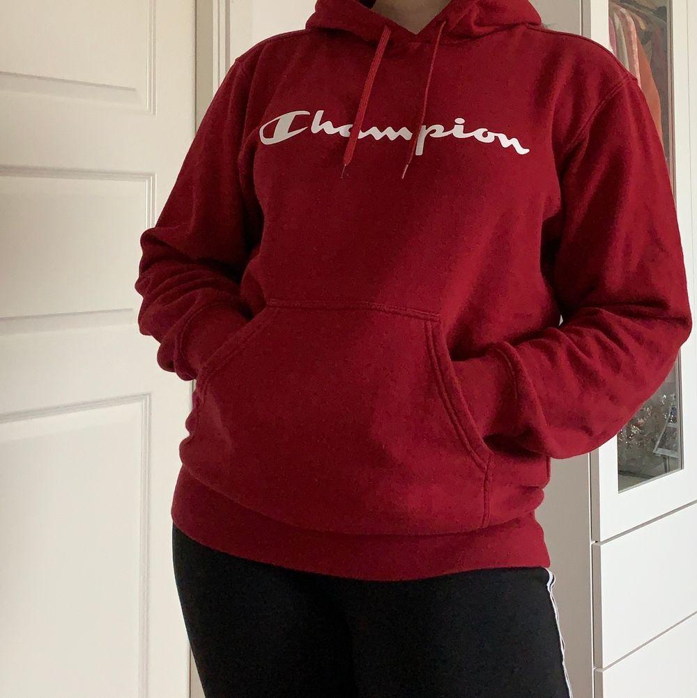 Hej💞 Säljer denna super sköna Champion hoodien köpt från Zalando i modellen LEGACY HOODED, förra året. Storlek M. Säljer den pågrund av att jag har för många hoodies. Original pris Ca 579kr men säljer för 130kr 🥰. Huvtröjor & Träningströjor.