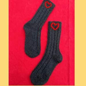 Sköna, varma och snygga sockor som passar perfekt till jul och som en julklapp!🎁 De finns i ljusgrå och mörkgrå i flera storlekar! Vi broderar dem själva och de kostar 89kr/ styck + frakt❤️