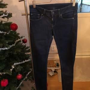 Jeans från G-Star Raw, passar en storlek S. Lågmidjade. Något använda men i mycket bra skick. Nypris ca 1400kr