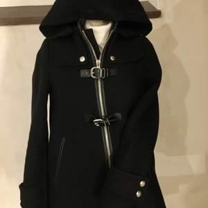 Söt kappa från Zara i en kortare modell, perfekt höstjacka! 🤍 lappen är lite lös men annars fint skick!