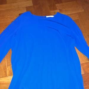 En rik blå färgad blus från samsoe samsoe. I super bra skick i storlek medium. Orginalpris 800kr