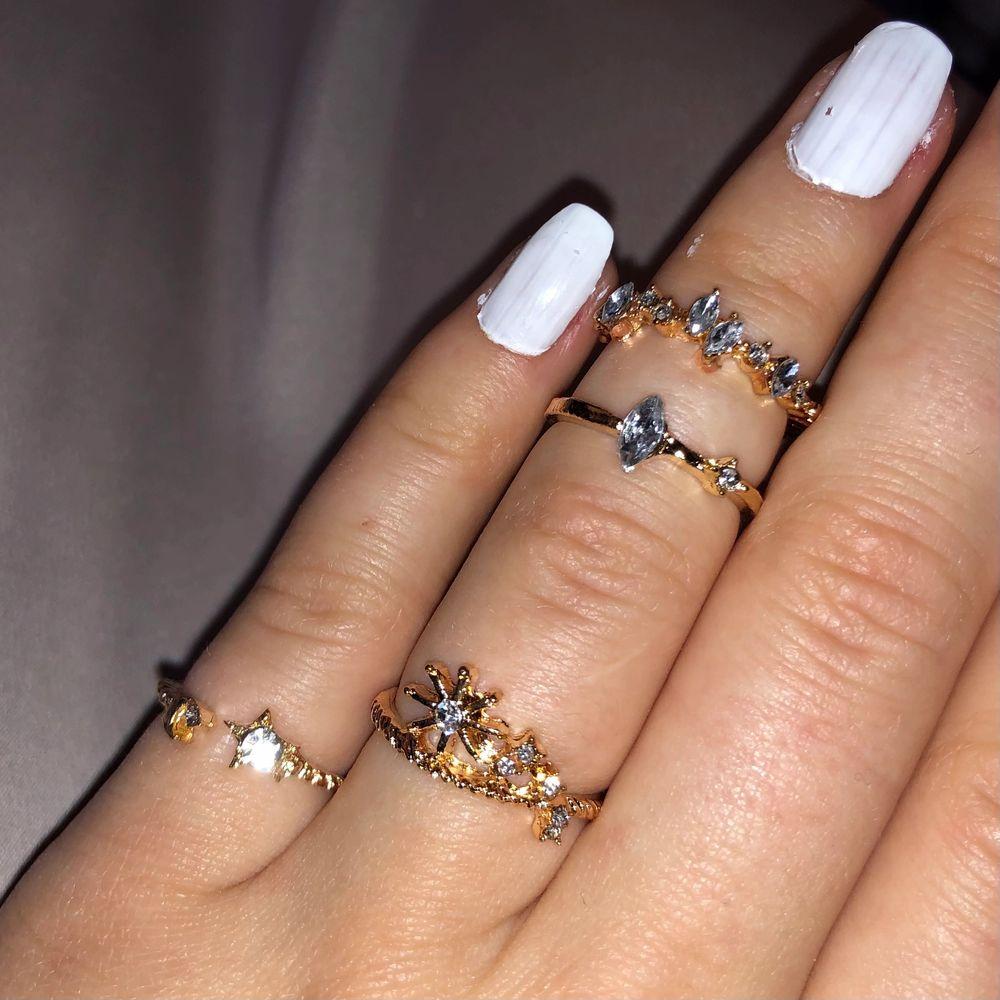 Guldiga ringar med diamanter i olika motiv. 15kr/st förutom den stora 20kr🥰. Accessoarer.