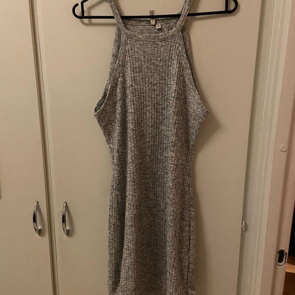 Grå Halterneck dress från Nelly. Aldrig använd. Klänningar.