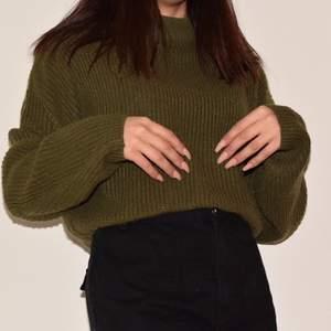 💌 Grön stickad tröja - köparen står för frakt !! Den är så gullig och passar perfekt i detta väder. ❣️ Skriv för ytterligare frågor, bilder eller mått.