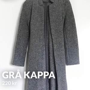 As snygg grå kappa ifrån H&M, storlek S. Säljer pga den inte används längre men är i utmärkt skick