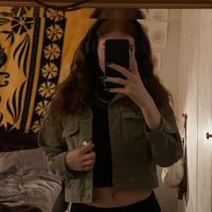 Säljer nu denna fina militärgröna jeansjacka som är croppad OCH nästan oanvänd❤️Använde den lite i somras men har den har redan växt ur min smak☺️ Fråga gärna om fler bilder om du vill. FRAKT INGÅR ALLTID❤️❤️