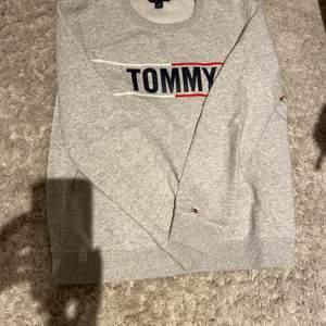 Säljer denna sweatshirt från Tommy hilfiger, knappt använd! Nypris är ca 400kr, säljer för 120. Kan mötas i Täby annars 50kr frakt🤍