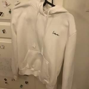 Jätte fin H&M tröja, som jag aldrig använt förutom en gång, fläck fri, älskar den men den kommer aldrig till användning, den är som ny inte köpt för jätte länge sedan! Köpare står för frakt!