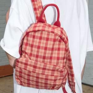En jättegullig mini ryggsäck som jag köpt på brandy Melville men som jag inte använder då det inte va min stil. Den är nästan aldrig använd och är därför i gott skick