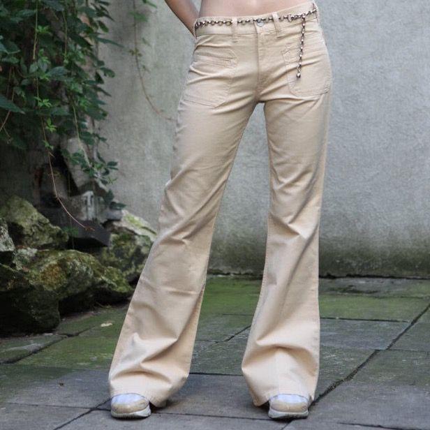 Jätte söta y2k iga byxor med fina detaljer och fin färg, aldrig använda💕💕. Går att få fler bilder om du kontaktar mig💞💞. Jeans & Byxor.