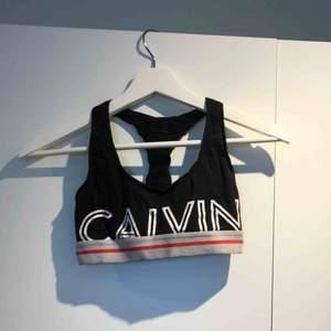 Calvin Klein topp! Otroligt mjuk och skön men använder int denna typ av toppar så den har mest blivit liggandes i garderoben:/ Hämtas i Stockholm eller fraktas!❤️