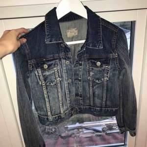 Ralph Lauren jeansjacka med slitningar i väldigt bra skick! Köpt i USA förra året för runt 500 kr. Använd sparsamt, inga fläckar eller andra hål. Det är en barnstorlek men fungerar jättebra för XS/S då jag vanligtvis brukar använda S.