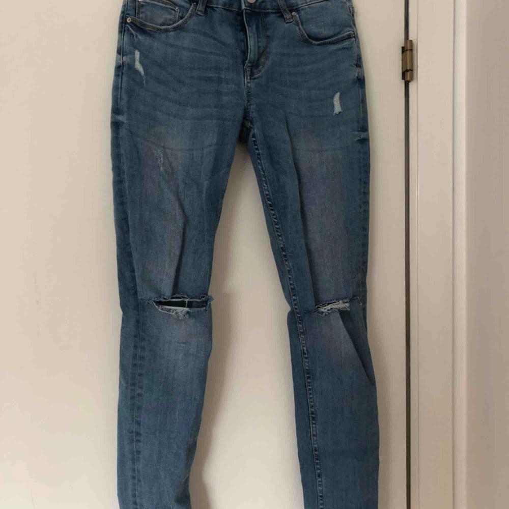 Blåa skinny jeans, mid waist, hål på knäna! . Jeans & Byxor.