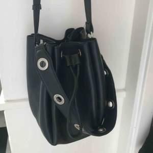 Superfin väska i skinn från zign! Bucketbag med ett avtagbart kortare band samt ett smalt längre. Använd enstaka gånger, nyskick!
