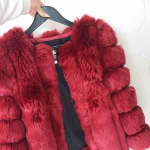 Superfin och lyxig röd pälsjacka (OBS; Inte äkta päls). Jackan är märkt med storlek L men den passar mig som vanligtvis bär XS/S.