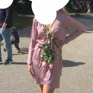 Perfekt rosa vringad klänning till sommarn, sval och jätte skönt material! Tog stl 34 men har egentligen 36 men den vart för stor! Använd 1 gång! Ny pris 399:- Frakt tillkommer! Pris kan diskuteras