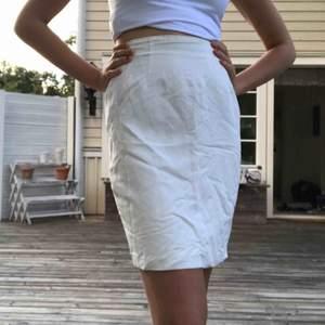 Tunn, vit kjol från InWear. Stängs med dragkedja och knapp på sidan. Fina detaljer upptill. Liten veckning baktill. Frakt ingår.  Bra skick!