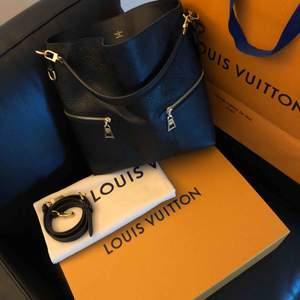Louis Vuitton Mélie  Medföljer kartong, kasse, tygpåse, intyg & kvitto.  Mer info: https://us.louisvuitton.com/eng-us/products/melie-monogram-empreinte-nvprod260001v