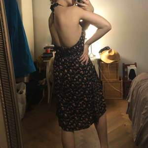 Supersöt klänning med halterneck som knyts i nacken. Fint skick. Köparen står för frakt:)