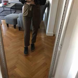 Supersnygga kostymbyxor i en militärgrön färg🌼 Passar perfekt för mig som är 165cm 💞