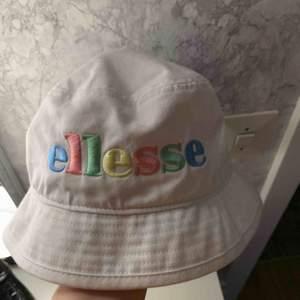 Elesse bucket hat, köpt från zalando i somras, nypris 399kr aldrig hunnit använda den så den är i princip helt ny.
