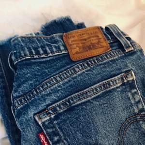 Blå Levis jeans, wedgie straight. Storleken motsvarar S/M. Bra skick. Du står för frakt