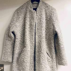 En kappa perfekt för både höst, vinter och vår! På mig som är 168 cm går den en liten bit över rumpan. Snygg och jag gillar den men har FÖR mycket kläder helt enkelt. Skicka ett meddelande om du har frågor!