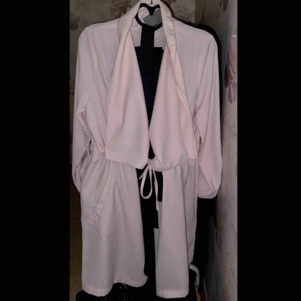 gaderobsrensning  Jumpsuit helt ny oanvänd -250kr kappa använd bara 2-3 ggr - 200kr byxa me kofta (set) - 300kr   priset diskuteras vid snabb affär . Jeans & Byxor.