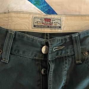 coola levis jeans i en blågrön färg, sitter lite baggy på, jag har S o kan använda dom med skärp så sitter nog perfekt på en M!  💞🌈❤️