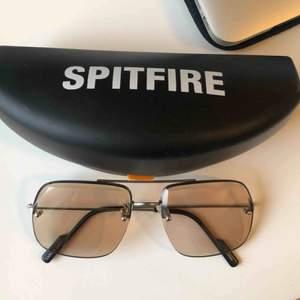 Aldrig använda. Spritfrie solglasögon, genomskinligt tonat glas