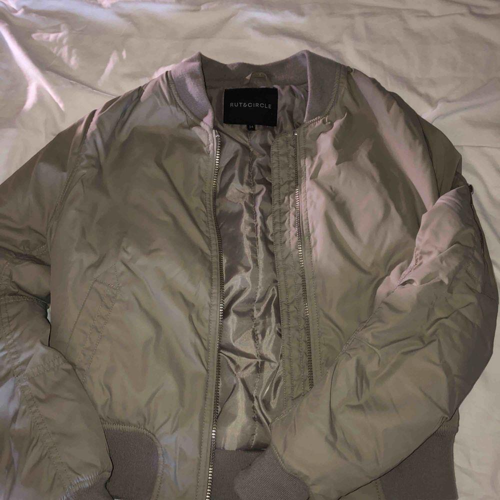 Bomberjacka från Rut&Circle som införskaffades förra hösten, men användes bara fåtal gånger. Färgen är grå/grön och jackan är i något tjockare än en vanlig bomberjacka. Perfekt nu till hösten!!. Jackor.