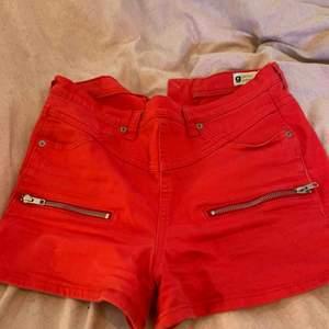 Superfina shorts från Gina! Storlek 38, röda med knapp och dragkedja på baksidan. Kan skickas om köpare står för frakt :)