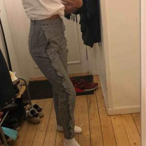 Supeeerfina byxor köpta på NAKD.com Sitter jättefint och har en perfekt längd (jag är 1,64)  Älskar dem men då jag behöver pengarna säljer jag dem. Fraktkostnad tillkommer 😊