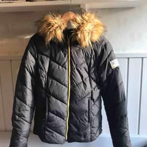 Vinterjacka i dun från Svea! Har avtagbar päls på luvan (självklart fake), gulddetaljer! Skriv för att diskutera pris ❤️