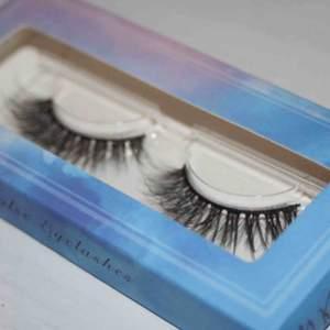 Super fina minks fransar ifrån lowkey lashes! Älskar modellen och hur dom ser extremt naturliga ut. Smidiga och sätta på och allt!