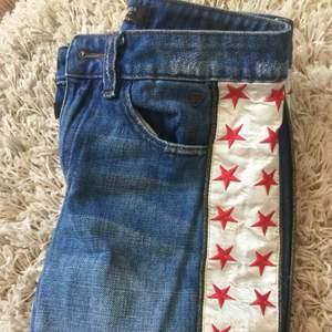 Scotch&soda jeans med stjärnor på sidan inte använda ungefär bara 2 gånger köpte för 250 säljer för de är för liten.